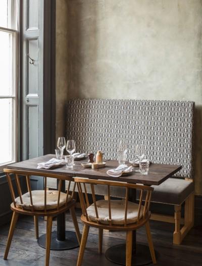 Sedie di legno e divanetti imbottiti: un angolo che sembra una casa alla Brasserie Blanc di Cheltenham. www.blacksheep.uk.com