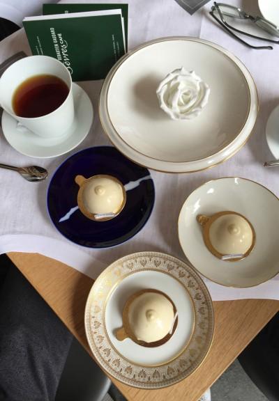 Dopo aver visitato la Manifattura di Sèvres e le sue botteghe secolari, Sébastien Gaudard si è ispirato alla famosa ciotola Maria Antonietta rivisitandola in pasticceria gourmet e gustosa