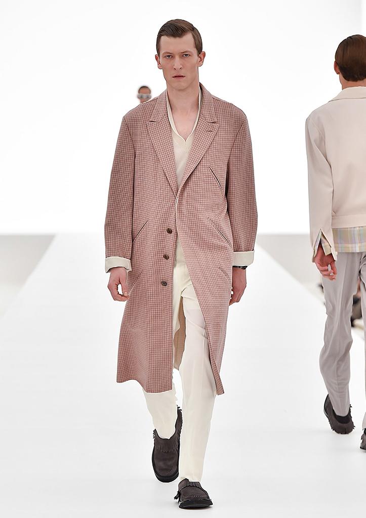 Il Designer del Brand Ermenegildo Zegna, Stefano Pilati, propone, per la primavera estate 2016, una collezione nel segno della sartorialità, con un mood informale e rilassato.