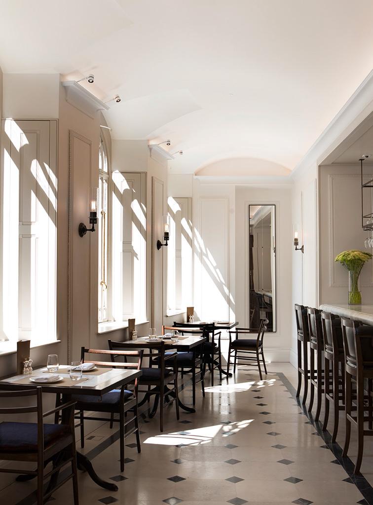 Le grandi finestre della sala da pranzo rendono luminosi e accoglienti i sofisticati interni.