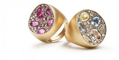 Il pendente ed un anello sono caratterizzati da zaffiri di varie dimensioni blu e azzurri su struttura in oro bianco naturale opaco.