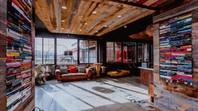 Nella lobby, il passato produttivo dell'edificio viene richiamato dall'installazione di migliaia di libri alle pareti e attorno a un'altissima colonna portante.