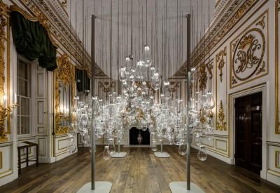 L'installazione è un'esplorazione interattiva e divertente della caducità della natura e del movimento Art Nouveau.