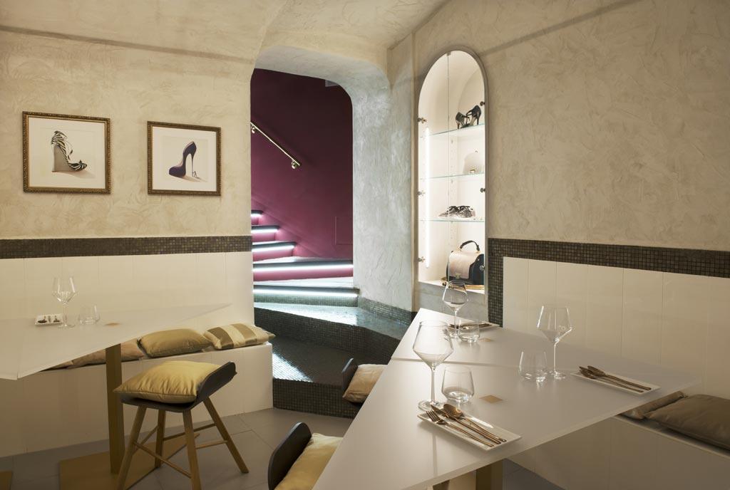 La shoes room si trova nel seminterrato dello storico stabile che ospita il locale, un tempo parte di un convento.