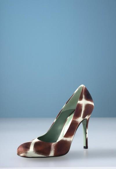 Tra gli oggetti in vendita un'esclusiva selezione di calzature haute couture e accessori fashion.