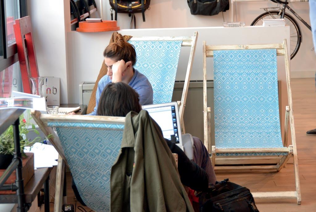 Senza l'ansia della consumazione obbligatoria, Upcycle è il posto ideale per lavorare, leggere e fare amicizia con i vicini di tavolo. Foto S'Notes - www.s-notes.net