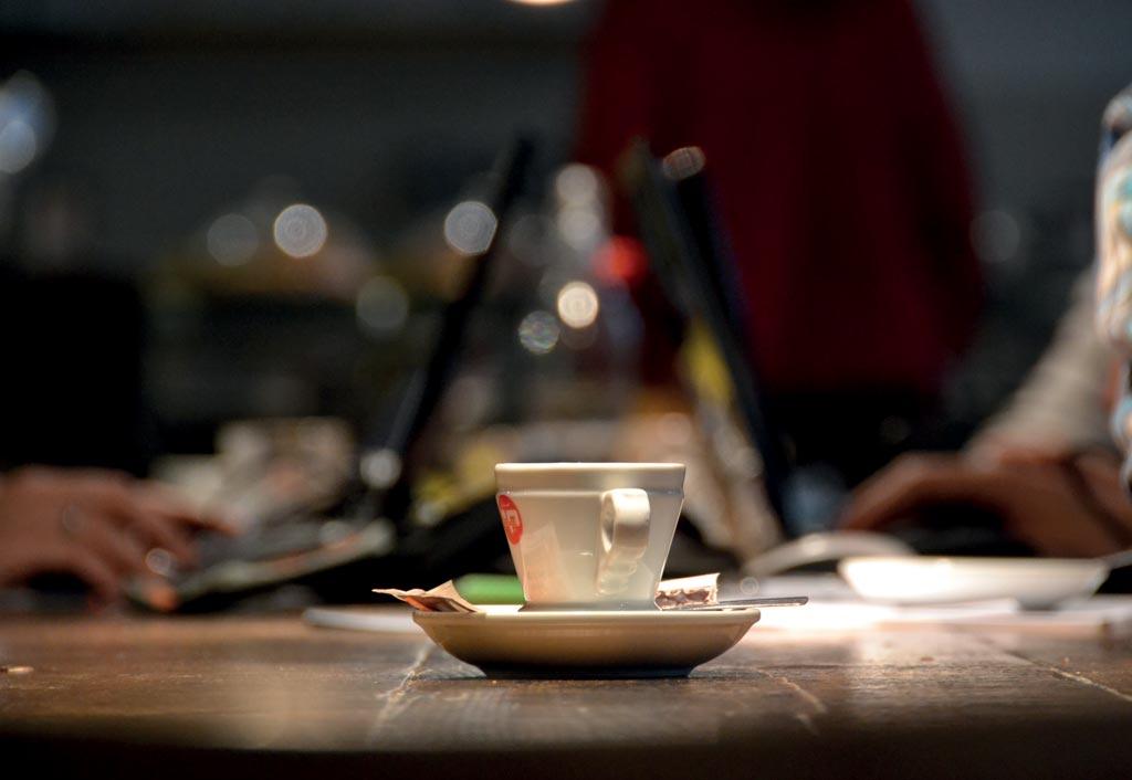 I lunghi tavoli invitano a scambiare quattro chiacchiere con i vicini, a lavorare in team o a prendersi un caffè da soli ma senza sentirsi soli! Foto S'Notes - www.s-notes.net