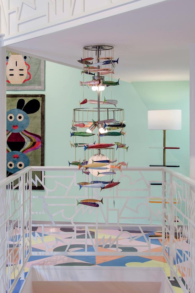 Lampadario Atlantide, realizzato in anelli d'acciaio e rame smaltato da Marco Zanuso in collaborazione con Gabriella Gabrini. Galleria Fragile, Salone del Mobile, 2016.