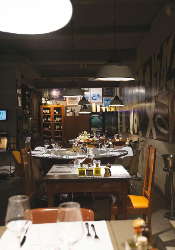 Deuscafè_interior_bar_dinner