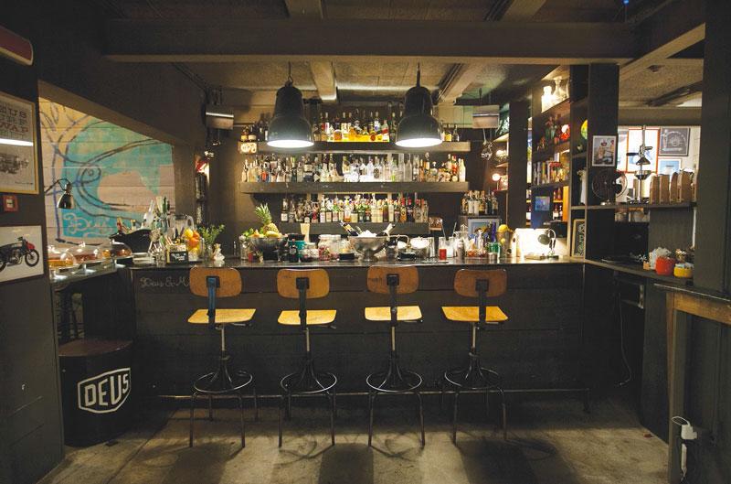 Deuscafè_interior_bar_drink (1)