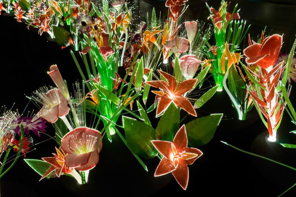 garden-of-eden-joana-vasconcelos-made-of-artificial-flowers