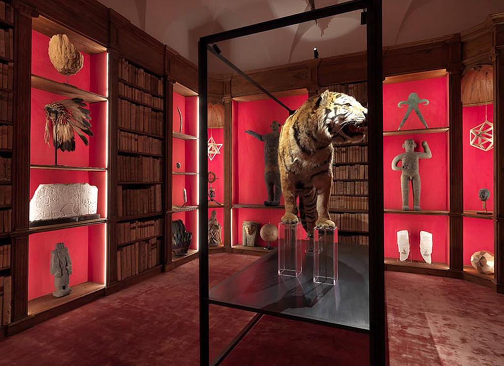 """""""Sono un cacciatore dell'insolito nel mondo dell'arte a tutto tondo"""" – spiega Luca Cableri riferendosi agli oggetti e gli espositori selezionati per la Wunderkammer."""