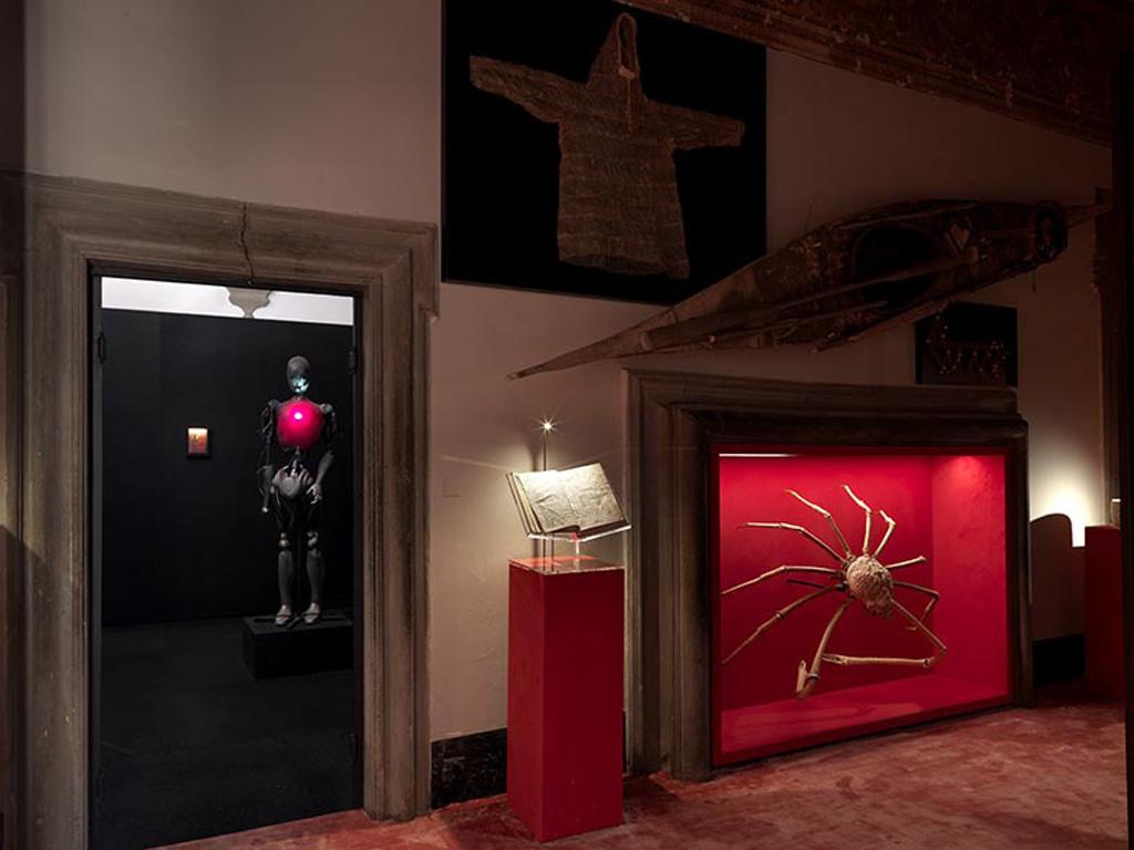 Il set design della galleria è stato progettato da Roberto Baciocchi, considerato uno dei capiscuola a livello internazionale dell'interpretazione architettonica di abitazioni e spazi retail del settore del lusso. Photo by Massimo Listri