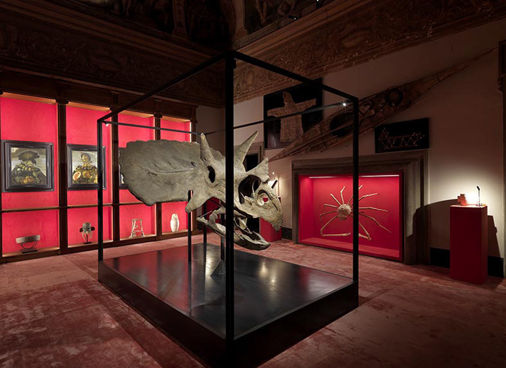 L'atmosfera dell'ambiente è teatrale, dominata da una sofisticata e femminile tonalità di rosso che avvolge tutte le opere. Photo by Massimo Listri
