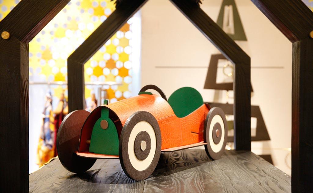 Ironiche auto d'epoca d'arredamento sono disegnate e realizzate da abili artigiani utilizzando colori contrastanti.