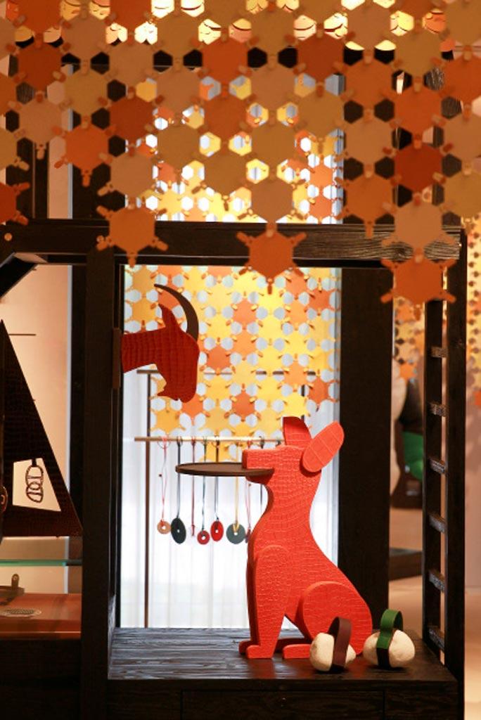Non mancano tra gli interior dell'exhibition di Petit H anche gli animali, cani colorati e eleganti e capre che si affacciano dai muri.