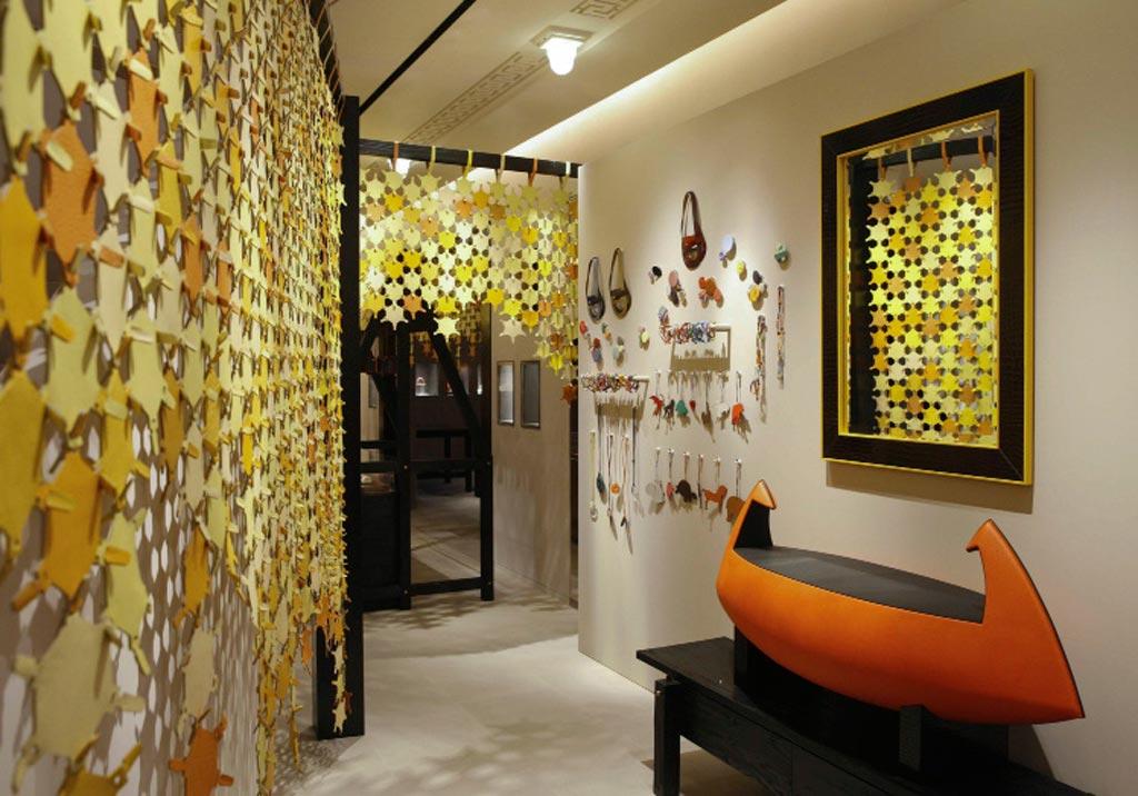 Benwu Studio ha cercato di ricreare nello store di Shanghai un ambiente naturale, una foresta di pelle colorata.
