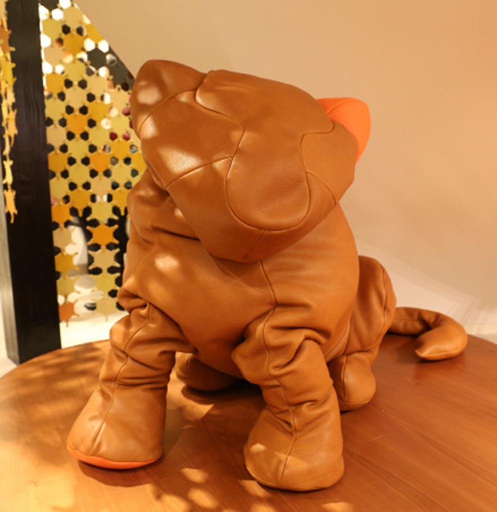 Rugosa e realistica creazione canina in cuio esposta nello store di Shanghai (Huauhai Rd. M)