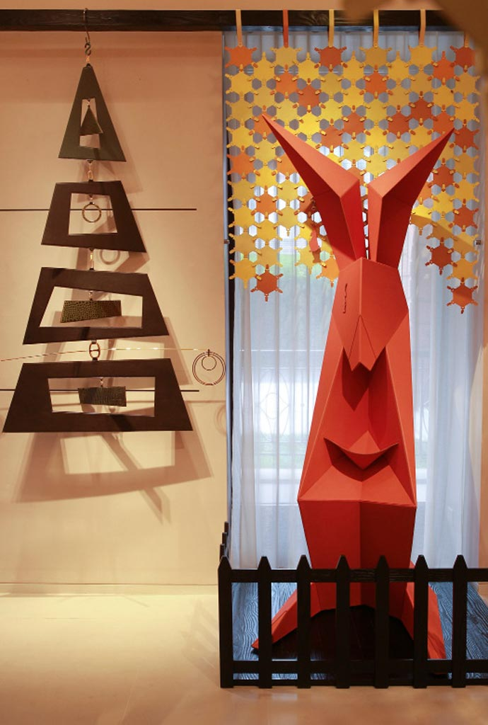Alcune tra le opere esposte si ispirano liberamente, per la creazione di figure animali, all'arte dell'origami