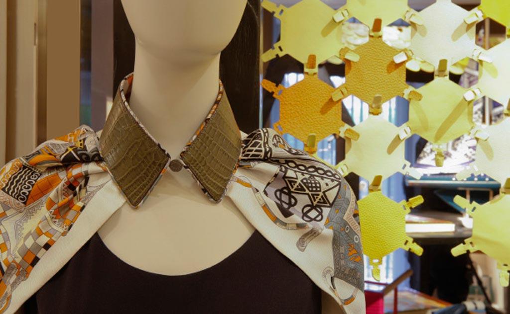 Diversi sono i capi di abbigliamento presenti all'interno dell'esposizione, che mostra come il brand sia capace di reinventare forme e usi dei materiali