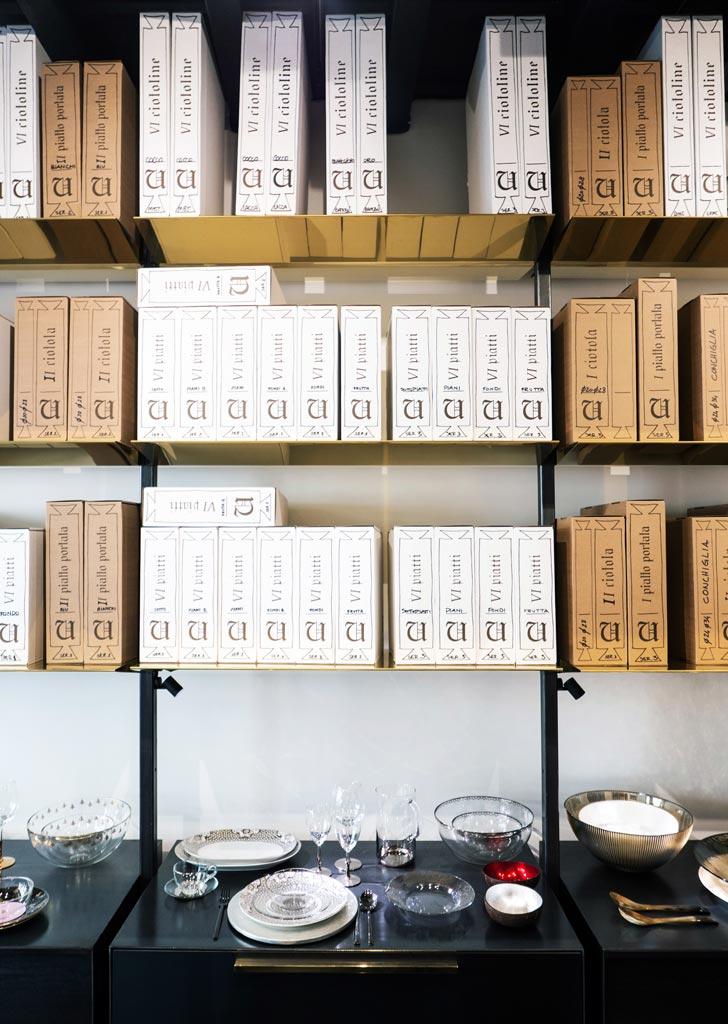 Il packaging in cartone riciclato imita la calligrafia e la forma di vecchi faldoni da biblioteca medievale.