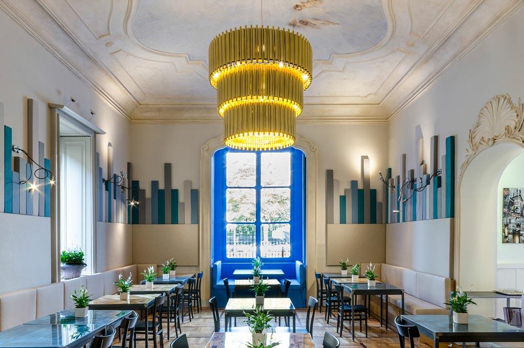 Il lampadario e le applique della sala principale sono stati realizzati su disegno di Isacco Brioschi. Foto Elia Barbieri