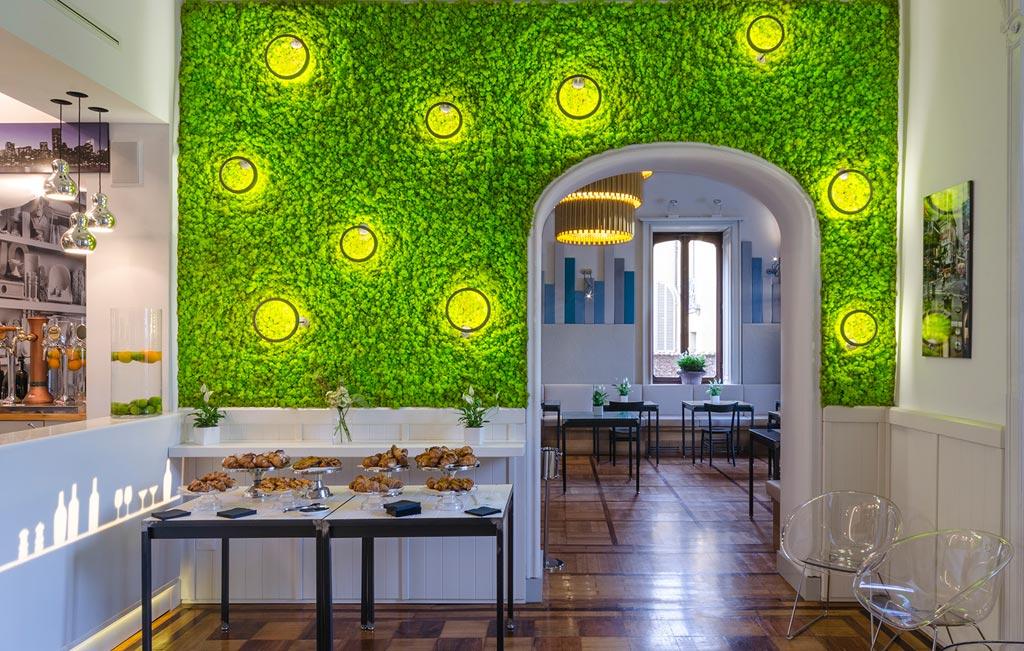 La parete di licheni con gioco di luci fa da sfondo al buffet di cornetti per la colazione. Foto Elia Barbieri