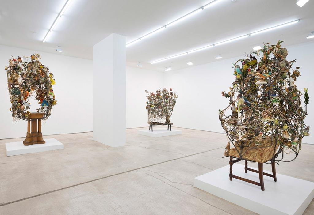 In una dimensione tra scultura, arte performativa e danza contemporanea, Cave non pone limite alla sua fantasia.
