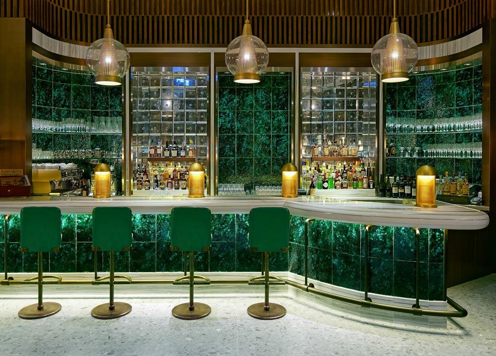 Il ristorante The Continental si trova al quarto piano del Pacific Place, un complesso commerciale progettato dall'architetto Thomas Heatherwick.
